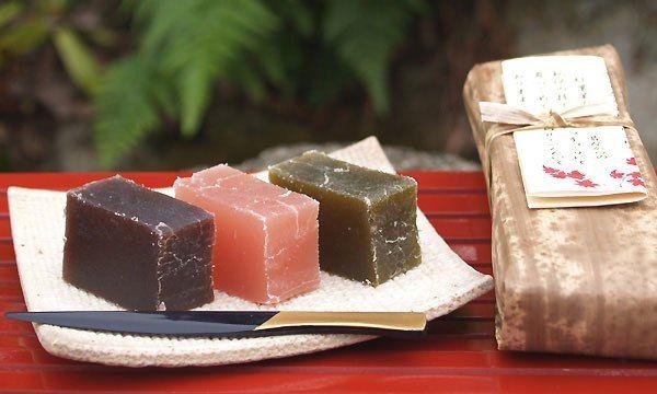 Японская сладость Нэриёкан -  мармелад из красной фасоли -  часто подают к зеленому чаю во время чайных церемоний. Его нежная сладость прекрасно сочетается с горьковатым вкусом чая. / Любимая Азия