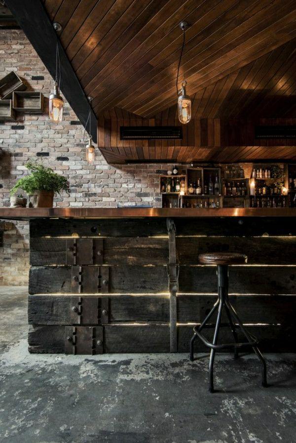 bar de style industriel, plantes vertes, murs en briques, toit en bois