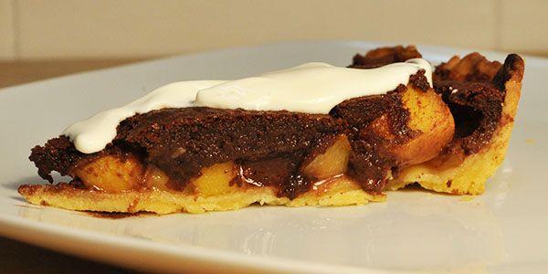 Una estupenda tarta de chocolate y melocotón de Calanda. Tiene muy buena pinta y con la textura del melocotón debe estar riquísima. http://blog.porprincipio.com/tarta-de-melocoton-de-calanda-con-chocolate/
