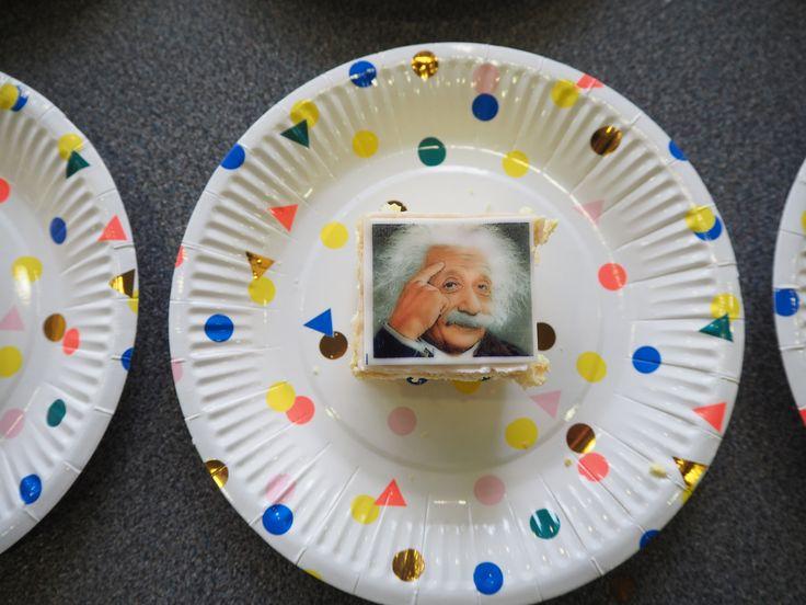 Vandaag vieren we Einsteins geboortedag met een symposium. En Einstein-tompoezen! https://www.physics.leidenuniv.nl/index.php?id=11573&news=1035&type=LION&ln=NL