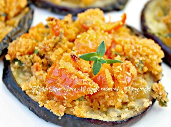 Melanzane a fette gratinate alla calabrese ricetta facile, gustosa e leggera.Condite con un composto di pane e pomodorini insaporito con aromi mediterranei