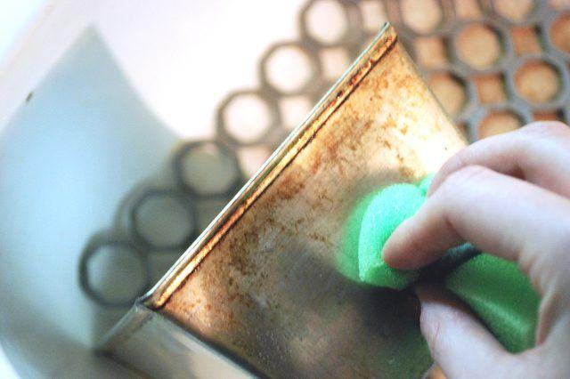Remoção de manchas de alumínio Bakeware Levar a mistura de água e vinagre a ferver e deixa-se arrefecer até à temperatura ambiente.