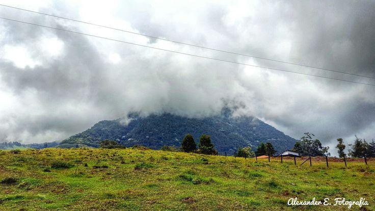 Vista de cerro bravo en fredonia antioquia Colombia suramerica _ montaña mountain dust neblina mountain mountaineering peak
