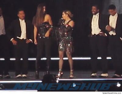 Video: Madonna Dedah Payudara Peminat Remaja Ketika Konsert   Tindakan Madonna menarik korset dipakai Josephine Georgiou secara tiba-tiba di atas pentas ketika konsertnya berlangsung di Brisbane Australia pada malam Khamis membuatkan payudara kiri remaja tersebut terbuka di hadapan ribuan pengunjung yang lain.  MADONNA dan kontroversi sememangnya tidak dapat dipisahkan.  Selepas buat hal apabila lewat berjam-jam bagi memulakan konsert jelajahnya di beberapa lokasi di Australia yang sedang…