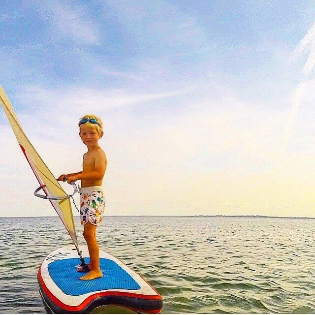 HAPPY FRIDAY! We are just chilling posing & sailing towards the horizon  #WhipperRig #KidsatSea #Kidsonboard #KidsfirstWindsurf #BeachKids #SurfGroms #Windsurf #Upcomlings #SurfKids #WindsurfGroms