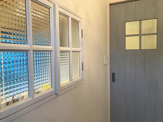 ブルグレーの建具と造作小窓 チェッカーガラスで統一してかわいく