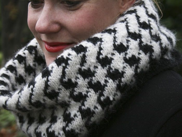 DIY Anleitung, Strickanleitung: Rundschal im Hahnentrittmuster stricken // diy tutorial: how to knit a loop scarf in a houndstooth pattern via DaWanda.com
