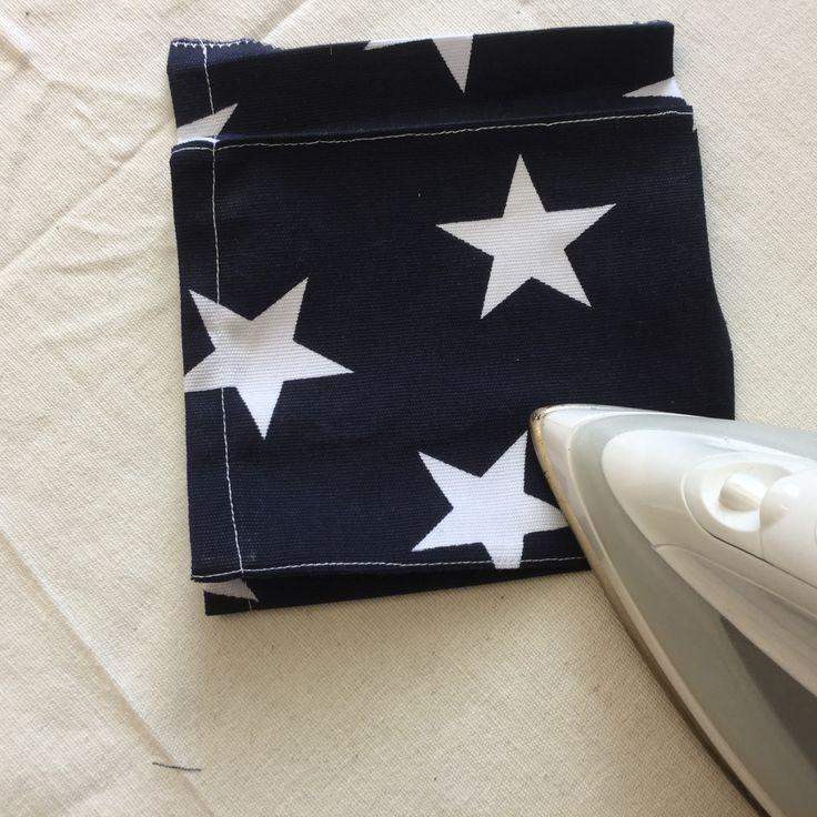 6. Pressa sidorna så att fickans bredd stämmer med vecken.