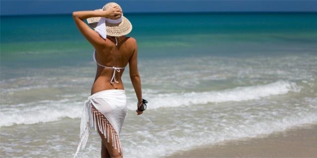 Sulle spiagge con il bikini fai-da-te. A volte basta un click oppure… una vecchia t-shirt…. ed è subito stile e moda personale.