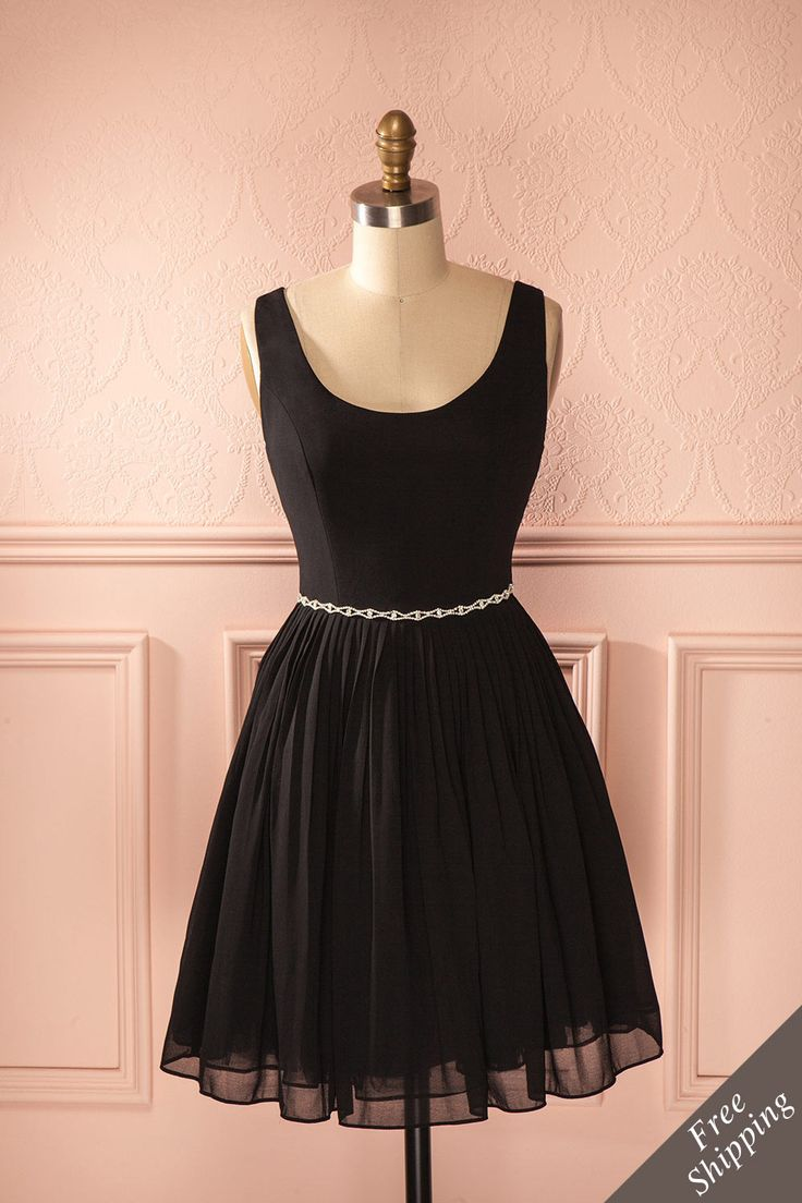 Vous êtes invitée à un gala de bienfaisance ou à une soirée à l'opéra ? Optez pour cette sombre robe qui vous donnera une allure éclatante ! You are invited to a benefit concert or an evening at the opera? Opt for this dark dress that will give you a radiant look!