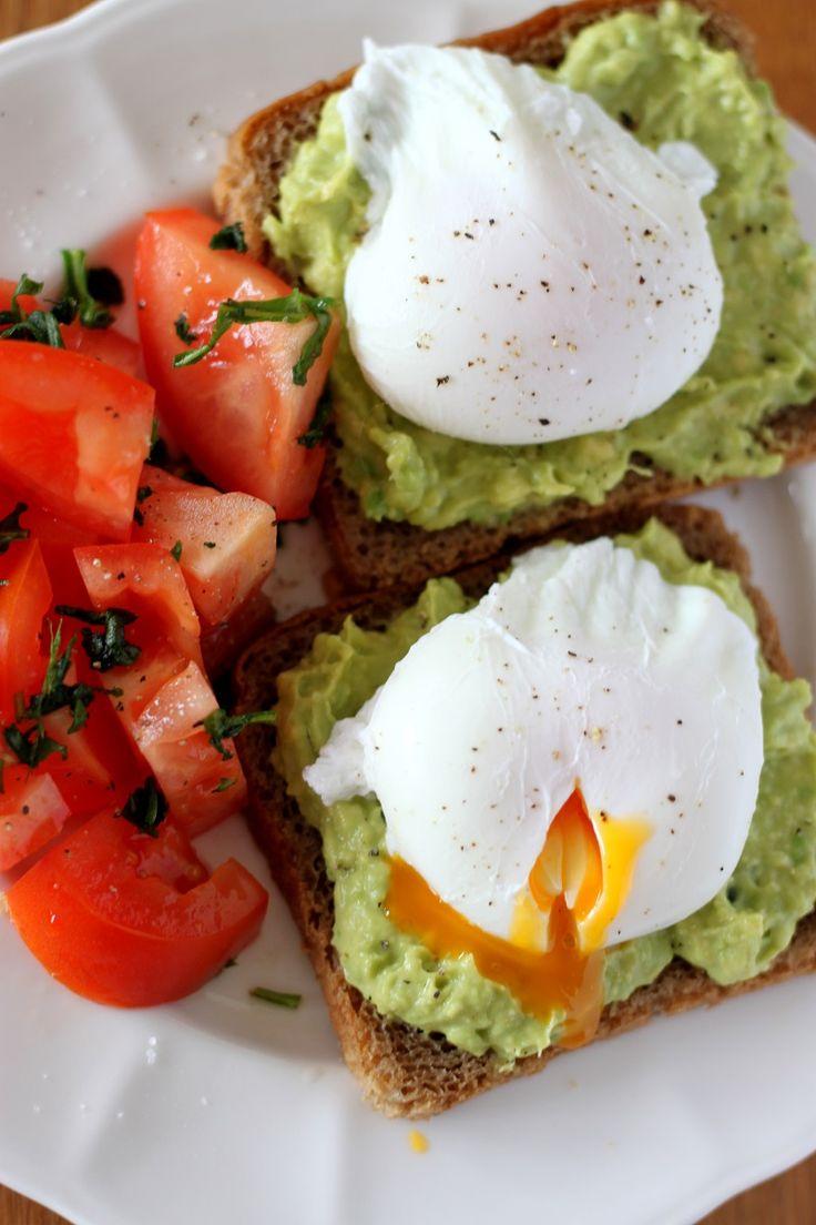Zdrowe śniadanie pasta z avocado i jajko w moullet