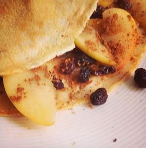 Heerlijke glutenvrije pannenkoeken met gebakken appeltjes, rozijnen en kaneel.