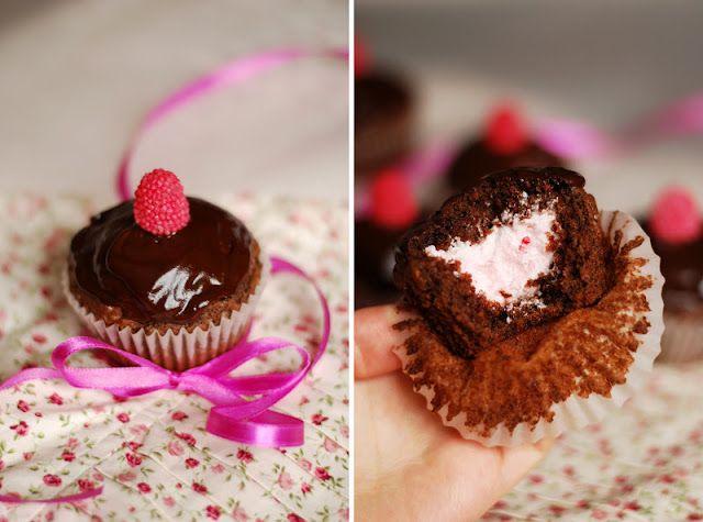 Малиново-шоколадные капкейки с белковым кремом