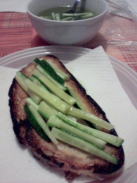Pane+tostato+farcito+con+zucchine+crude+marinate+home-made