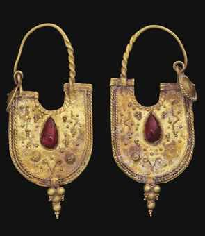 A PAIR OF EASTERN ROMAN GOLD AND GARNET EARRINGS CIRCA 2ND CENTURY A.D.
