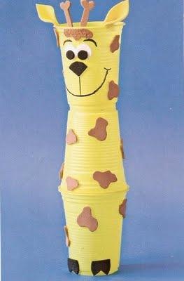 Con i bicchieri in plastica e un pizzico di fantasia si può creare una #giraffa #lavoretti per #bambini tutorial