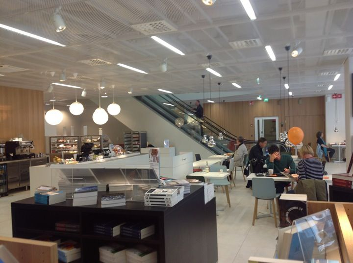 Student-friendly prices, tasty lunch menu, pretty awesome sandwiches and cakes/pies. In addition, there's a book store in the same space and a library right above! How much better can it get?