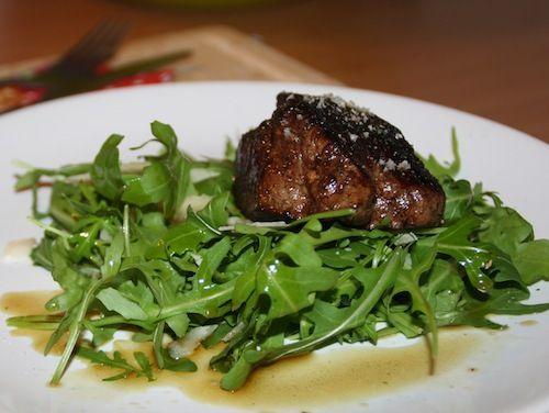 Kruidige biefstuk met rucola en parmezaan