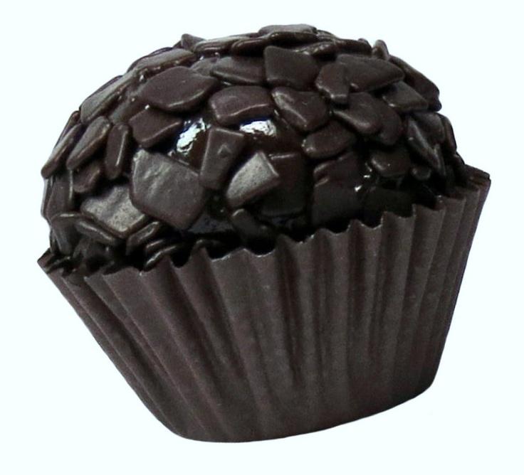 Brigadeiro de Chocolate Amargo - massa de chocolate e cacau boleada com lajotinhas de chocolate amargo belga. Conheça outros sabores em www.pontodebrigadeiro.com.br