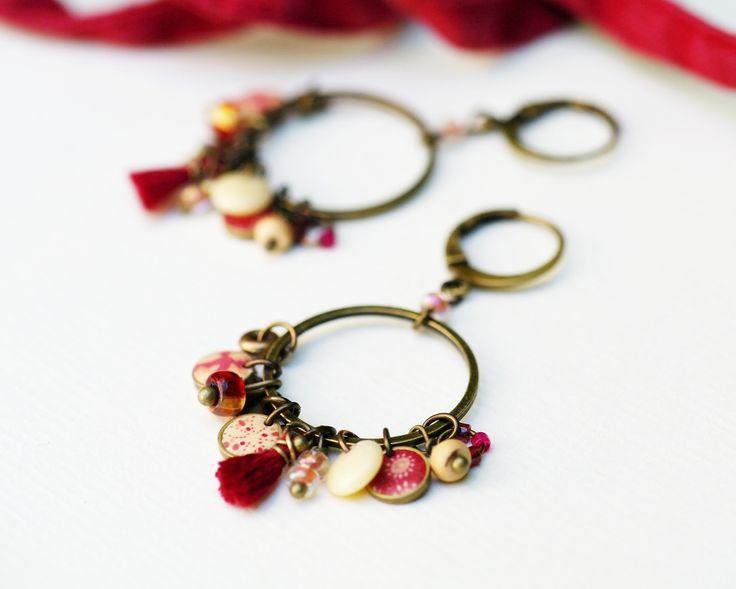 Boucles d'oreilles bohème 'Aliocha' cercle en bronze et pampilles variées rouge carmin et écru : Boucles d'oreille par 11prunes