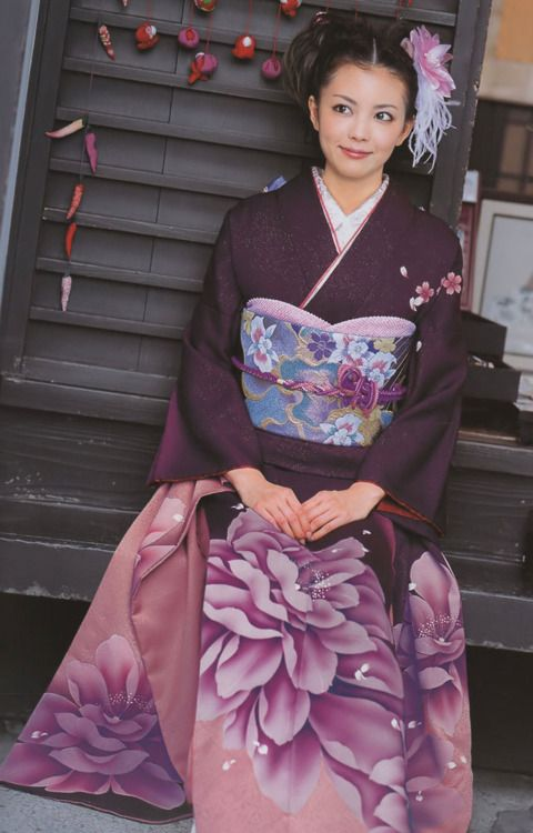 imagine being greeted each morning by that smile while being loved bye those eyes. . . wouldn't you rather there was no kimono to begin that morning ? ;)     furisode