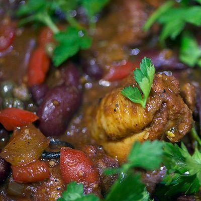 gestoofde Caribische kip met rode bonen en spek