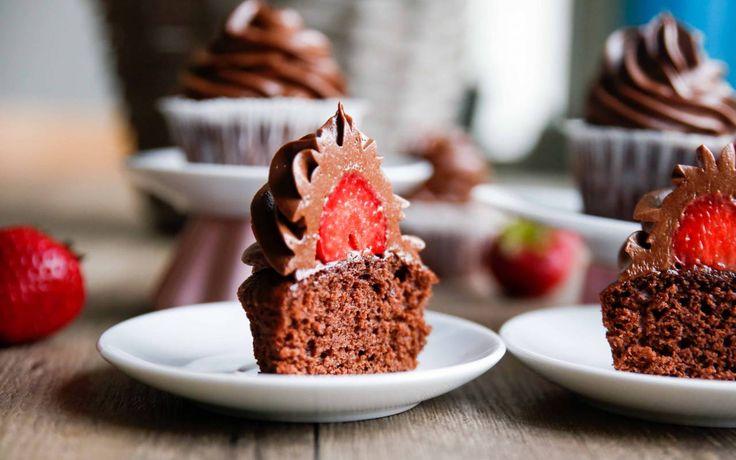 Idag blev det cupcakes med chokladfrosting, och jag testade att gömma en jordgubbe i frostingen, tyckte det blev rätt fräsigt!