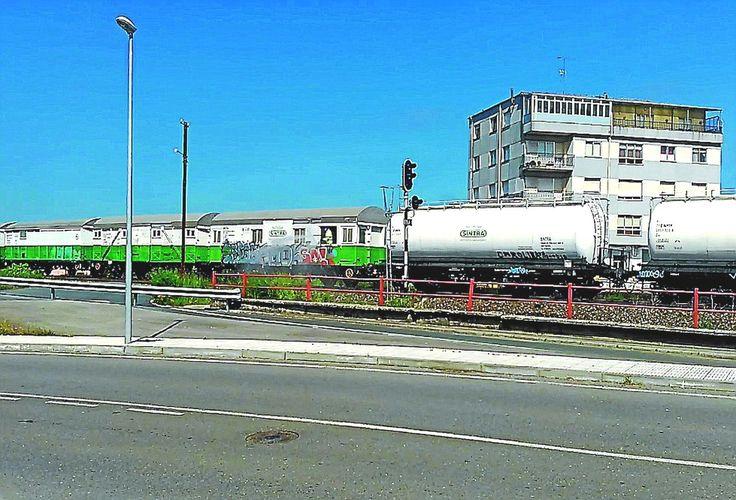 Un tren de Renfe fumiga herbicida por la zona urbana de Teixeiro, en Curtis. - FOTO: Adega