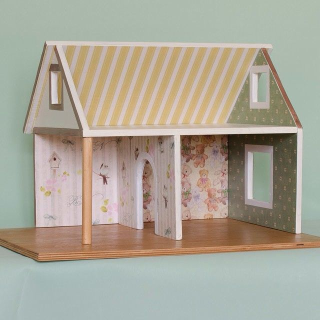 Уютный милый домик, пока свободный... Кто в нем поселится? Маленький кролик? Или может быть это будет любимая лошадка? Или целая семья мышат? Пусть это решит будущая хозяйка или хозяин чудесного жилища!  Домик сделан из фанеры, стены оклеены бумагой и покрыты краской и лаком на водной основе.