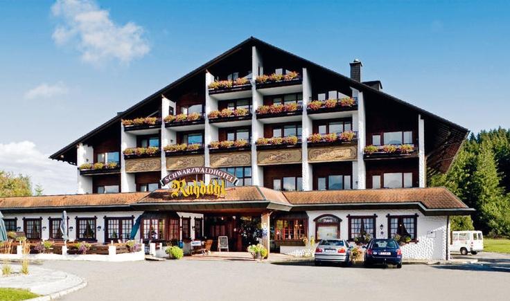 Hotel Ruhbühl is een hotel gelegen aan de rand van het bos, in de buurt van de bekende Titisee in het Zwarte Woud. Het hotel heeft een groot vrijetijdsaanbod met o.a. een overdekt zwembad en wellnesscentrum en een uitstekende keuken. Hotel Ruhbühl ligt op ca. 3 km van het centrum van Lenzkirch. Er lopen verschillende wandelwegen vanaf de accommodatie. De Schluchsee en de Titisee, één van de mooiste plekken van het Zwarte Woud, bieden goede watersportmogelijkheden. Officiële categorie ****
