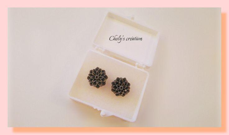 puce d'oreille fleur dahlia grise en résine : Boucles d'oreille par chely-s-creation