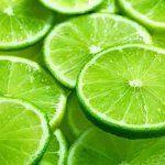 Beneficios de beber agua tibia de limón por las mañanas