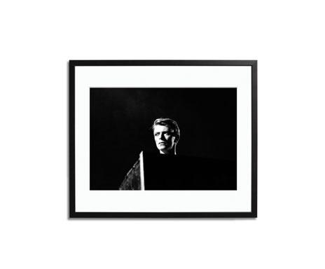 Heroes...    David Bowie live at Earls Court 1978    David Bowie live at Earls Court 1978. Fotografiedruck auf Fuji Crystal Archive Papier. Mit Passepartout in handgefertigtem, soliden Holzrahmen. Auf 495 Exemplare weltweit limitiert. Nummeriert und zertifiziert auf der Rückseite