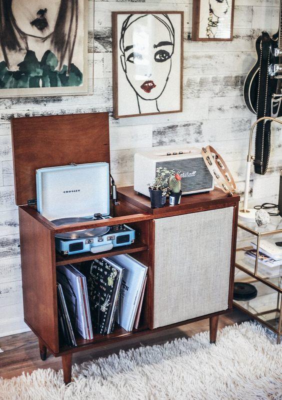Nog een mooie kast nodig als deze, bijvoorbeeld voor je platenspeler en je platencollectie? Je vindt 'm gegarandeerd via Aldoor in de uitverkoop. #huis #inrichting #interieur #meubelen #kast #dressoir #muziek #home #interior #closet #table #records #vinyl #music