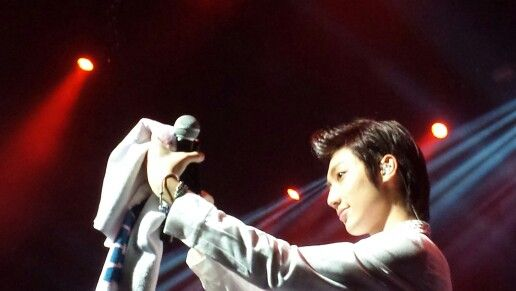 Kwangmin taking selcas with a fans phone