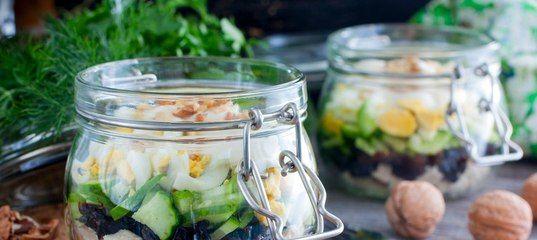 Вкуснейший салат будет актуален на праздничном столе в любое время года. Кажущиеся на первый взгляд несовместимыми куриное мясо, свежий огурец и сухофрукты в сочетании дают нежный и сочный вкус. Го…