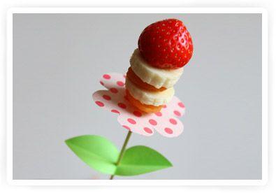fruitspiesjes uitdelen: Kids Parties, Fruit Pop, Fruit Kabobs, Drinks Recipes, Fruit Flowers, Parties Ideas, Fruit Kebabs, Fruit Skewers, Parties Food