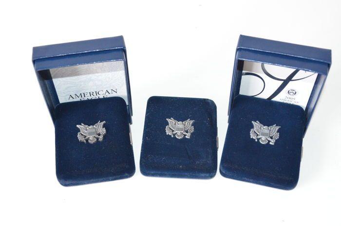 Verenigde Staten - 1 Dollar 2003/2004/2005 'Silver Eagle' (3 munten) - 1 oz zilver  Verenigde Staten - 1 Dollar Silver Eagle 2003 2004 en 2005 - 1 oz zilver. In cassette met certificaat (2014 heeft geen cert.) 9993 zilver 1 oz (311 gram) 406 mm diameterZie afbeeldingen voor een eigen indruk.Aangetekende verzending (50-1190)Deze aanbieder heeft wekelijks /- 500 veilingitems.Bekijk het aanbod: http://ift.tt/2oHdPWf  EUR 100.00  Meer informatie