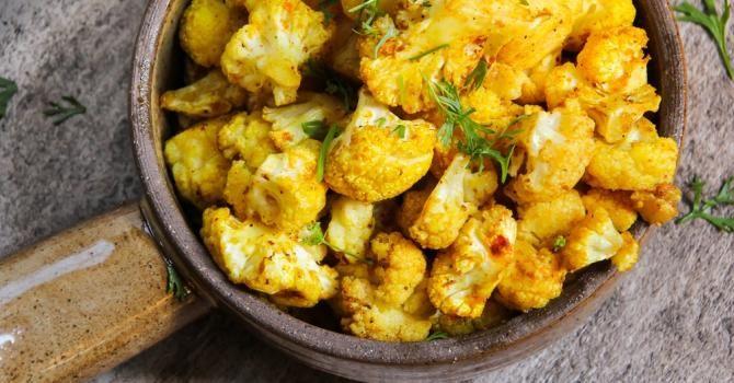 Recette de Wok de chou-fleur vite fait au curry et 4 épices Croq'Kilos. Facile et rapide à réaliser, goûteuse et diététique.