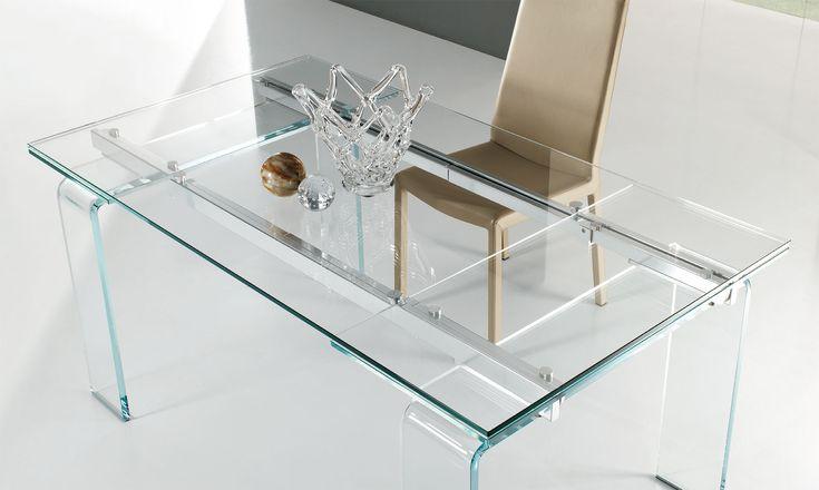 Tavolo in cristallo Plano Anch'esso allungabile, il tavolo Plano è in cristallo temperato o in cristallo temperato extrachiaro: leggerezza e trasparenza comunicano una piacevole sensazione di sospensione. Il tavolo ha il piano rattangolare e le gambe in cristallo e meccanismi di estensione in alluminio brillantato o laccato scala RAL opaco/lucido. Piano spessore 12 mm, gambe larghe 19 cm, gambe spessore 17 mm.