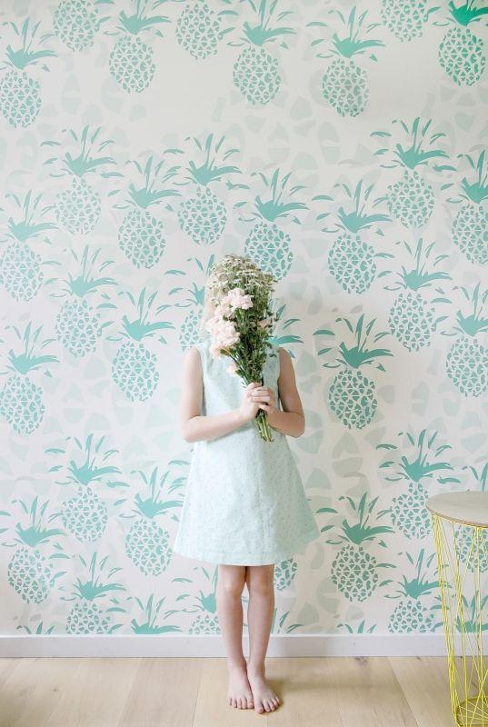 Behang Pineapple green Roomblush Behang ananas groen van Roomblush. Ontdek hier de SWEET! wallpaper collectie van Roomblush. Een speelse collectie, een eyecatcher op je muur. Voor in de kinder, speel, slaap, werk-kamer of gewoon waar jij dat wil! Dit vliesbehang bestaat uit 4 banen van 50 cm breed x 285 cm hoog. Stalen aanvragen kan, max. 4 stuks, via info@roozje.nl  Levertijd: 5-12 werkdagen Behang tropisch kinderkamer babykamer