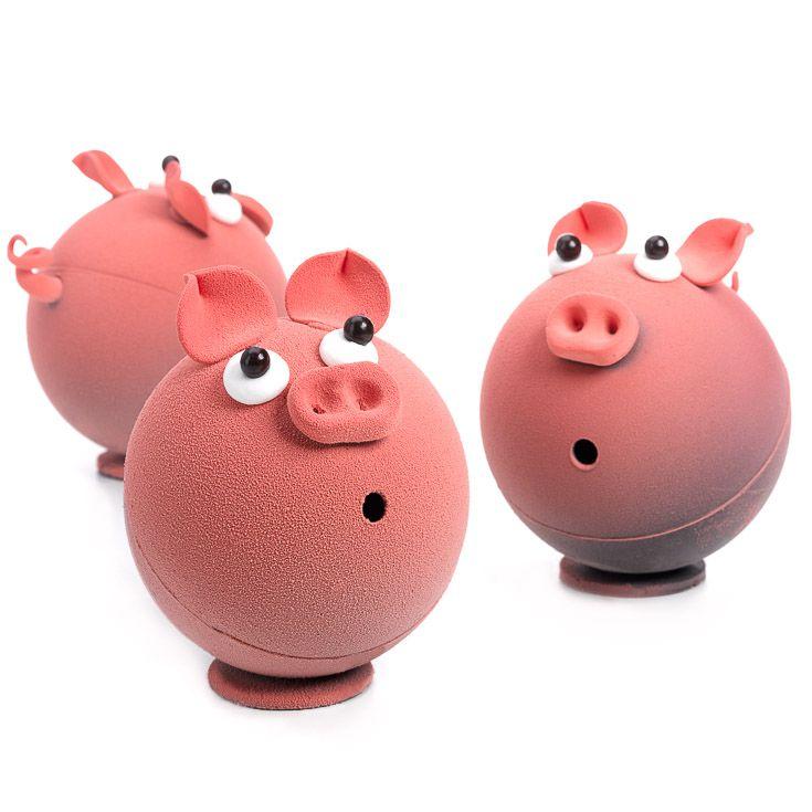 Emerveillés, les cochons en chocolat regardent tomber les cloches… en chocolat!