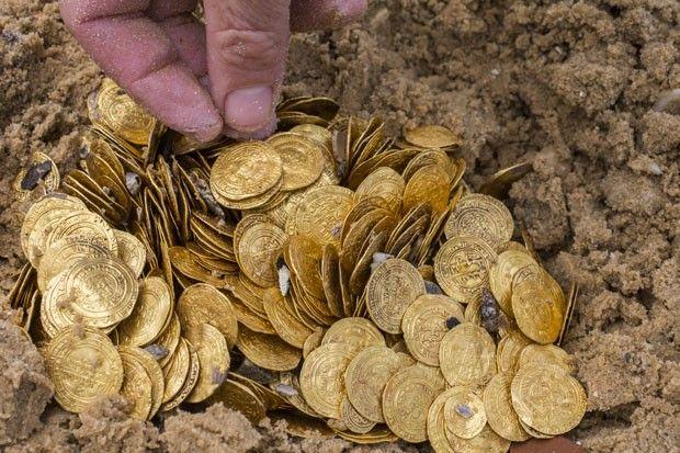 Tesouro em moedas de ouro é encontrado no fundo do mar de Israel.