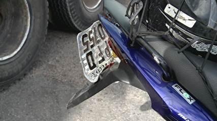 Motociclista fica ferido em acidente na Imbiribeira, Zona Sul do Recife  Caminhão teria tentado entrar à esquerda e colidido com moto.  Trânsito ficou lento na região durante a manhã.