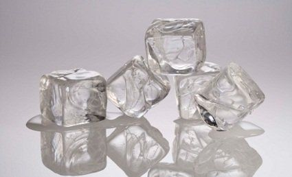 Если вы & # 39; ве получил ужасно неловко загар, заполнить лоток для льда с уксусом и втирать кубики льда на пораженные участки.