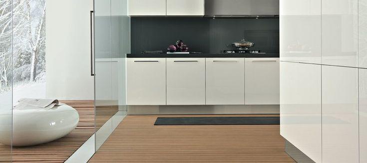la perfezione dell'alluminio per una cucina moderna e tecnologica, i piani di lavoro ampi e pratici nei moderni materiali sempre perfetti, il calore del legno per una cucina calda e accogliente.