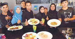 Bukan sahaja menu makanan dihidangkan memberi kepuasan dan memenuhi cita rasa pelanggan, malah suasana dalaman restorannya mampu mengembalikan nostalgia tradisional Melayu dengan dekorasi menarik serta sejuk mata memandang.
