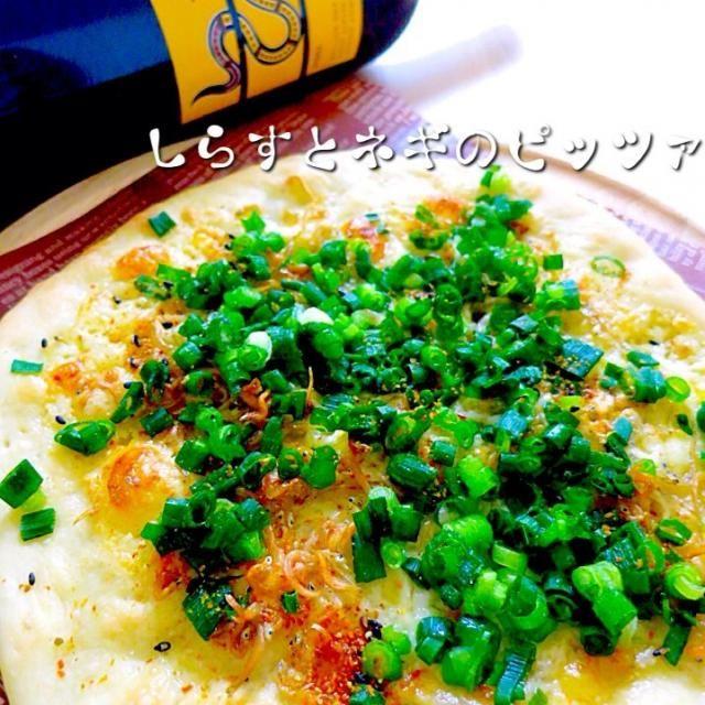 ずーっと作りたかったどんちゃんの和風ピッツァ 生クリームとチーズを混ぜて乗せるって斬新でいい。゚+.(・∀・)゚+.゚イイ!! 七味唐辛子もトッピングしちゃったよ〜( ິˊᄌˋ )ິ੭ुᐣᐣ♡゚・*:.。 これで冷凍庫に余っていたしらすが大活躍してくれました* ੈ✩‧₊˚ 余白が多かった…もっと欲張れば良かったよ〜(꒦໊ྀʚ꒦໊ི ) どんちゃん♡ᵕ̈*素敵なレシピをありがとうねーん!大変美味しゅうございました( ⁎❜⃘⃘◡ु❜⃘⃘⁎ )˄̻̊♡ - 353件のもぐもぐ - どんちゃんの【しらすとネギのピッツァ】 by yurie616