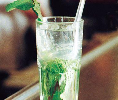 Mojito är en klassisk och uppskattad drink med en tydlig syrlighet i sig. Drinken tillagas snabbt och enkelt av färsk mynta, limejuice, vit rom, rikligt med is samt sodavatten.