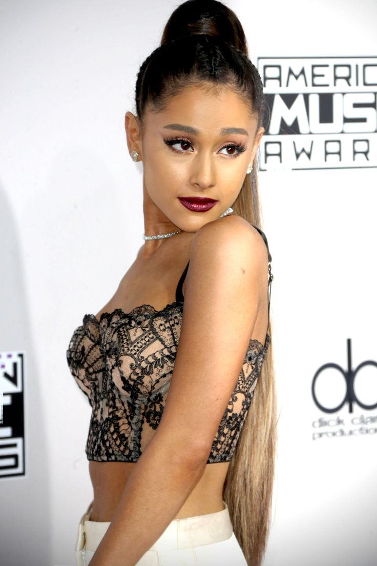 """Ariana Grande walks the AMA's Red Carpet (11.20) """